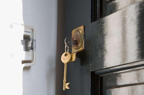 钥匙卡在锁里拔不出怎么办?不要慌忙小妙招让您轻松拔出钥匙!